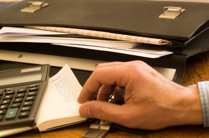 כף יד על מחשבון ומסמכים