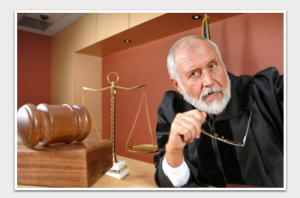 שופט עם משקפיים בבית משפט