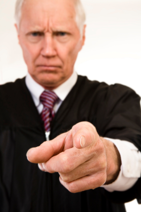 שופט מצביע במבט רציני