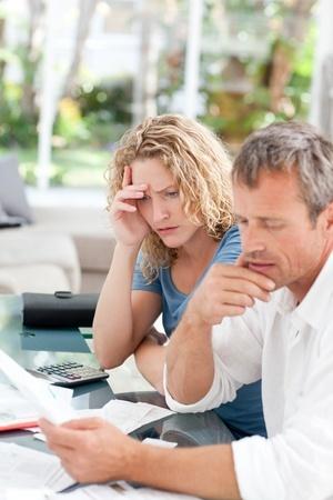 בעל ואישה מעיינים וחושבים