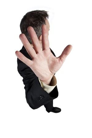 תמונה המצולמת מלמעלה עם יד גדולה לכיוון המביט