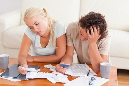 זוג מעיין בחשבונות בתסכול