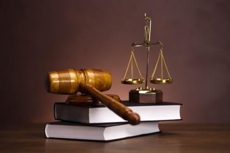 פטיש שופט עם מאזניים על שני ספרים