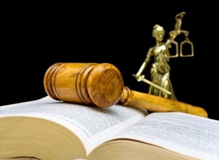 פטיש של שופט מונח על ספר פתוח