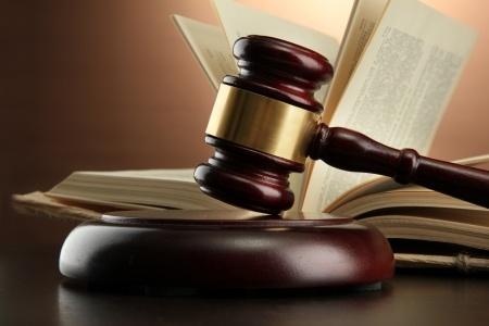 פטיש של שופט על רקע ספר פתוח