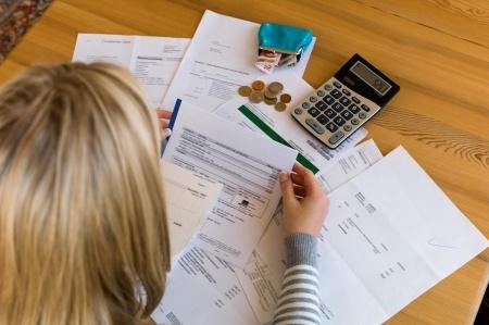 אישה מעיינת במסמכים על השולחן