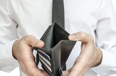 איש מחזיק ארנק ריק