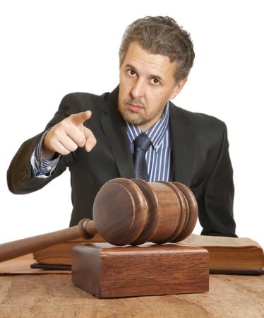 הרמת אצבע מאשימה, וברקע פטיש של שופט על שולחן