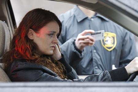 """אשה נבקת ע""""י שוטר שעוצר את האוטו"""