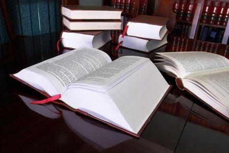 ספר פתוח עם ערמת ספרים