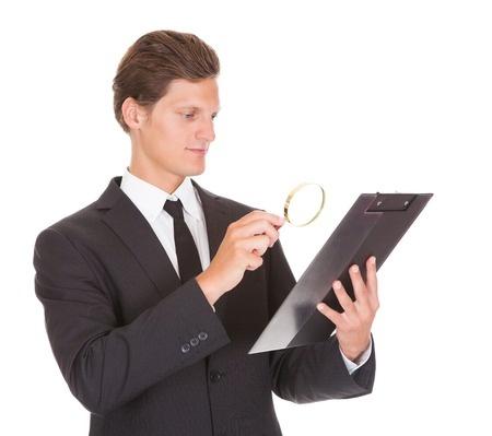 אדם הקורא / בודק עם זכוכית מגדלת