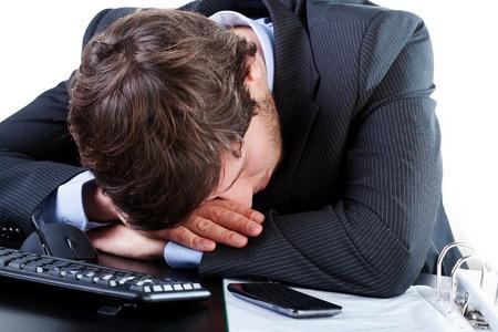 בחור מוריד את ראשו על המחשב ביאוש