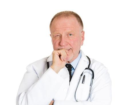 רופא חושב ומנסה להסיק מסקנות