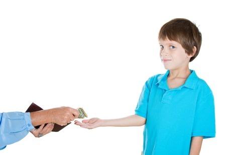 יד נותנת כסף לילד קטן
