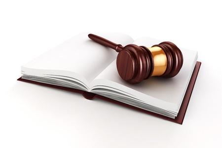 פטיש של שופט על ספר פתוח