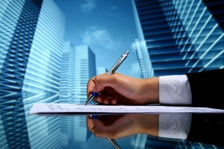 יד כותבת ברקע בנינים