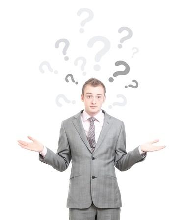 איש מבולבל עם הרבה סימני שאלה מעליו