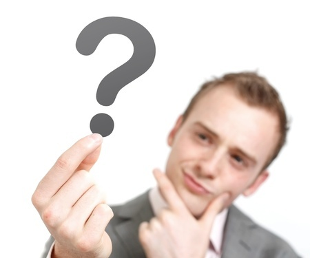גבר מחזיק סימן שאלה