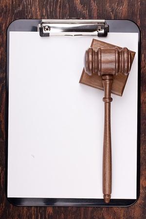 פטיש שופט על ערמת דפים