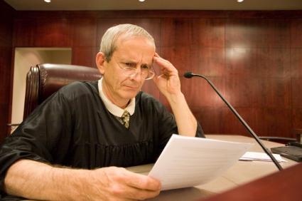 שופט בוחן מסמכים משפטיים