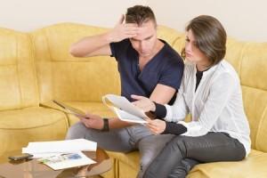 גבר ואשה מתווכחים על חשבונות