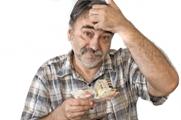 גבר מחזיק שטרות