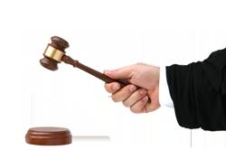 שופט מכה בפטיש בית משפט