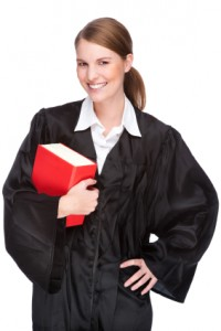 עורכת דין מחזיקה ספר אדום