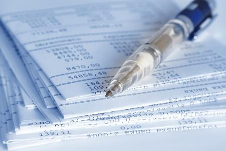 עט מונח על מסמכים חשבונאים