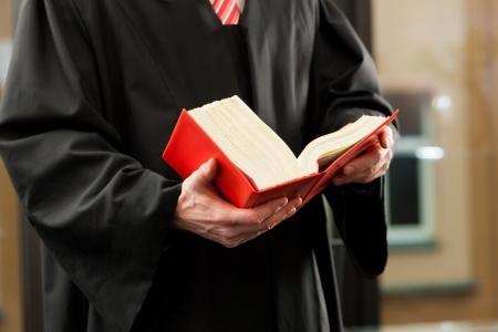 גבר קורא בספר אדום