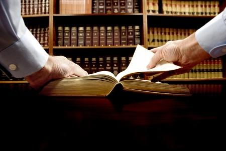 שניים מעיינים בספר פתוח