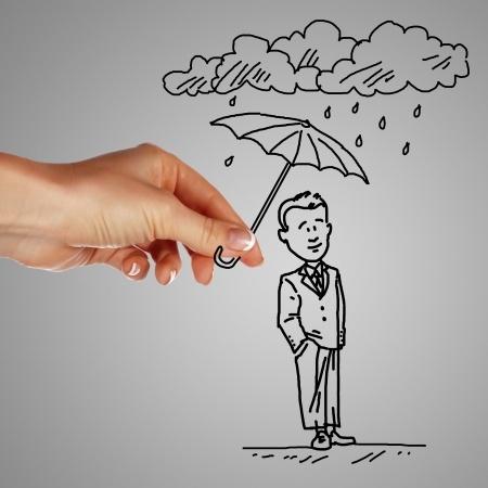 יד מחזיקה מטריה לילד מצויר שעומד תחת הגשם