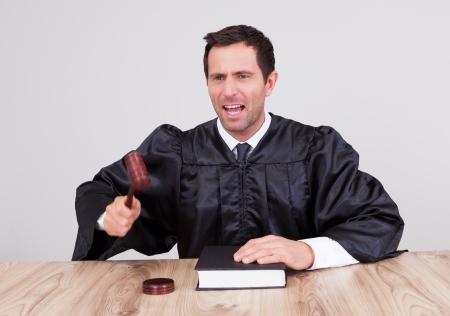 שופט מחזיק פטיש