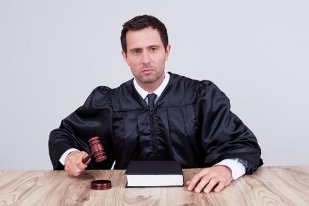 שופט המקיש בפטישו ולפניו ספר