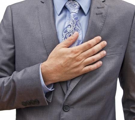 גבר בחליפה שם יד על מקום הלב