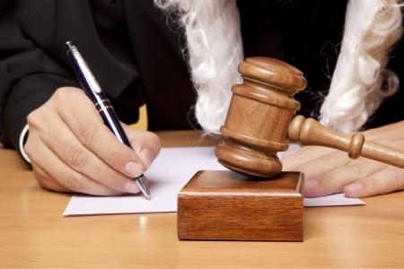 שופט הכותב פסק דין ברקע של פטיש שופטים