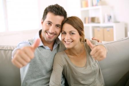 גבר ואשה שמחים עם אגודלים למעלה