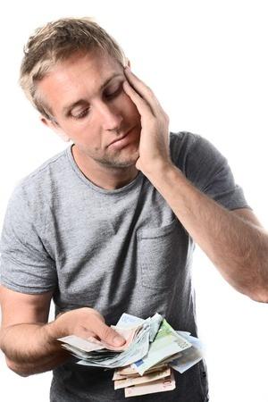 בחור עם חבילת שטרות בראש מיואש