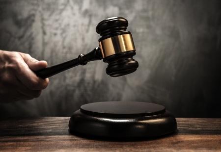 הקשה בפטיש של שופט