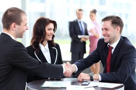 לחיצת יד בסגירת עסקה