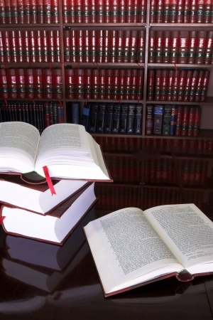 ספרים פתוחים על ערמת ספרים על רקע ספריה
