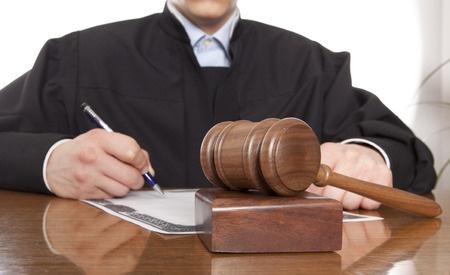 שופט ברישום פסק דין ברקע של פטיש