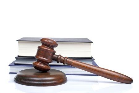 פטיש של שופט עם ספר ברקע