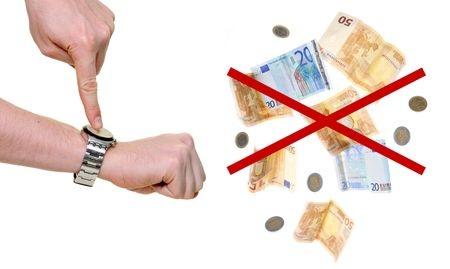כסף שעבר זמנו עם יד המסמנת על שעון על הזמן המאוחר