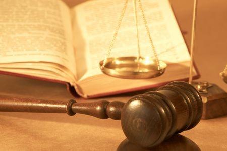 פטיש של שופט, מאזניים וספר