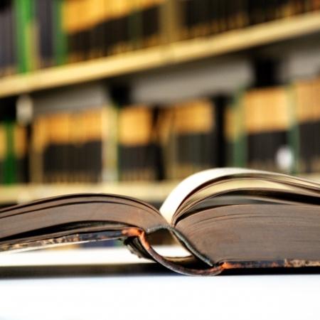 ספר פתוח ברקע ספריה