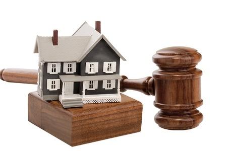 בית על בסיס לפטיש של שופט ליד הפטיש